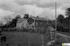 tm_6347 - 1948 (Tidaholms Museum) Tags: svartvit positiv bostadshus exteriör grusväg 1948 1940talet