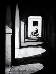 framed (Sandy...J) Tags: light shadow darkness passage photography fotografie blackwhite bw bike biker bicycle fahrrad women atmosphere architecture street streetphotography sw schwarzweis strasenfotografie stadt city contrast monochrom urban noir olympus oldtown sunlight italy absoluteblackandwhite