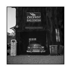 chevron • nelson, nv • 2018 (lem's) Tags: chevron garage chevrolet chevy automobile classic car nelson ghost town ville fantome nevada nd rolleiflex t gas pump pompe essence