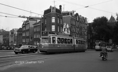 Via de Rozengracht (railfan3) Tags: amsterdam amsterdamsetrams amsterdamtrams amsterdamsetram gvb gemeentevervoersbedrijf tramstramlijnen lijn2 gvb553 1ggeledetrams beijnestrams 551575 retrotrams klassieketrams classictrams vintagetrams ouderwetse oudetrams oudewagens verkeer1971 rozengracht amsterdamse amsterdams openbaarvervoer publictransport trams trolleys tramcars transport tramway triebwagen tramwagens trammaterieel trammetjes tramstellen tramwegmaterieel tramvoertuigen tramrijtuigen omleidingen omleggingen diversions streetcars strassenbahnwagen strasenbahn straatbeeld straatplaat amsterdam1971 grijzetrams enkelgelede enkeltjes lijnbaansgracht