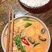 Blick von oben auf scharfes Chum Chay, Bio-Tofu in rotem Kokoscurry mit Mango und Reis