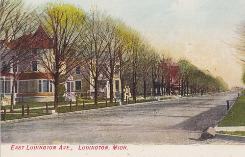 CEN Ludington MI c.1908 RESIDENTIAL DISTRICT just West of the Downtown Area on Ludington Avenue looking down all the way to the Harbor and Lake Michigan1