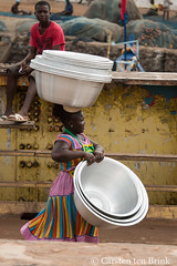 I carry (10b travelling / Carsten ten Brink) Tags: 10btravelling 2017 africa african afrika afrique carstentenbrink elmina genericplaces ghana ghanaian goldcoast gulfofguinea iptcbasic oldtown otherkeywords places westafrica bowl carrying coast fishmarket harbour icarry market shore tenbrink woman