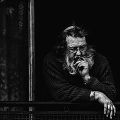 Par la fenêtre... (JM@MC) Tags: marseille streetphotography carré square portrait blackandwhite noiretblanc