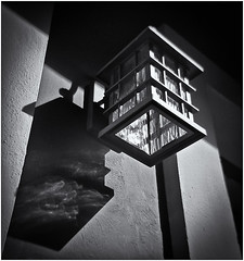 Lomography (Black and White Fine Art) Tags: lomography lomo holgan toycamera camaradejuguete plasticcamera camaradeplastico aristaedu100 kodakd76 lampara lamp streetlamp lamparacallejera sanjuan oldsanjuan viejosanjuan puertorico bn bw luz light sombra shadow niksilverefexpro2 lightroom3 reflejo reflection