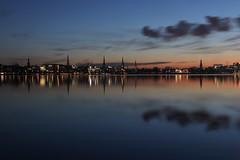 Der Himmel über Hamburg 1-5 (Elbmaedchen) Tags: alster sonnenuntergang januar abendhimmel blauestunde reflektion reflection sundown hamburg wasserspiegelung hamburgskyline ausenalster kraftwerkmoorburglaesstgruessen wolkenformationen kirchtürme