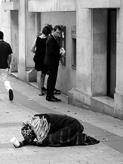 Avenue des Champs-Élysées (Franco & Lia) Tags: street photographiederue fotografiadistrada strasenfotografie paris parigi france francia biancoenero noiretblanc blackwhite schwarzundweiss 2485f284