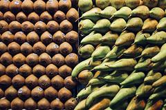 Where? Where? Where? (Rosetta Bonatti (RosLol)) Tags: barcelona rosettabonatti roslol spain laboqueria boqueria market mercado mercato fruit kiwi pears pattern green stilllife texture