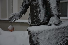 Lumises Rakveres (anuwintschalek) Tags: nikond7200 18140vr eesti estland estonia rakvere lumi schnee snow snowfall tuisk schneetreiben schneesturm schneefall rakvereteater art kuju sculpture skulptuur statue january 2019