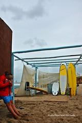 Colonia de verano (Aprehendiz-Ana Lía) Tags: nikon flickr mar arena deporte color mdq surf surfing gente chicos niño tablas cielo nubes sky verano argentina analialarroude tormenta lluvia exterior beach digital escena