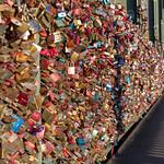 Tausende von Schlössern hängen an der Kölner Hohenzollerbrücke thumbnail
