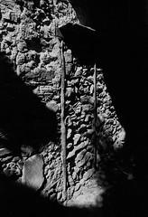 (Paysage du temps) Tags: fp4 film ilford italie italy leicam6 summicron35mm triora vicolo chiuso chemin fermé pierres stones mur wall sans issue ombre shadow