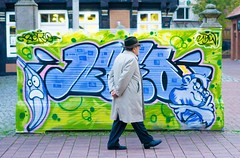 Modern art? (Mister G.C.) Tags: street streetphotography candid photograph image people man male guy hat graffiti art unposed color colour coloured colored farbe urban town city sonya6000 sonyalpha6000 sony a6000 mirrorless 35mmf18 35mm primelens sel35f18 strassenfotografie nienburg niedersachsen lowersaxony germany deutschland europe
