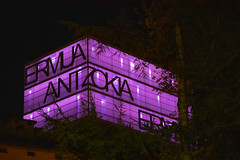 El Ermua Antzokia, iluminado de morado por el Día Internacional contra la Violencia hacia las Mujeres.