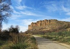 Paisajes de Quel (kirru11) Tags: paisaje montaña peñas rocas campo árboles huertas hierba casillas cielo nubes camino quel larioja españa kirru11 anaechebarria canonpowershot