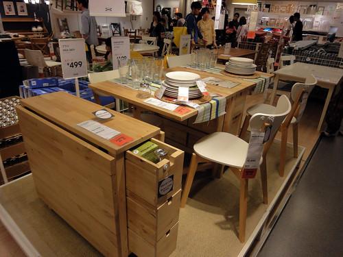 一人暮らしにも最適な4人座れる省スペースなテーブルと題した写真
