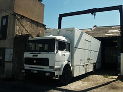 Unic 190NC26  Béziers (34 Hérault) 02-09-03a (mugicalin) Tags: camion truck lkw oldtruck whitetruck camionblanc unic unictruck unic190nc26 unic190nt26 190nt26 190nc26 unicfiat fiattruck camionunic camionfiat années70 iveco ivecotruck 2003 années2000 34 hérault béziers 9284 ty 31 fourgon van forain lunapark manège
