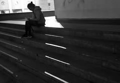 Noia mirant el mòbil a la nit, plaça dels Àngels, Barcelona. (heraldeixample) Tags: heraldeixample bcn barcelona spain espanya españa spanien catalunya catalonia cataluña catalogne catalogna dona woman mujer frau femme fenyw bean donna mulher femeie 女人 kadın женщина หญิง boireannach kobieta noia girl chica fille menina mädchen merch cailín ragazza pige девушка fată 女の子 jente 女孩 κορίτσι ngc