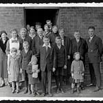 A2-314 Barfüßer Album, Familienfoto, 1920-1940 thumbnail