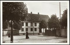 Postkort fra Agder (Avtrykket) Tags: bank bygg hus kvinne plankegjerde postkort arendal austagder norway nor