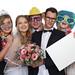 Brautpaar mit Gästen und Schild