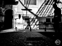 Grande roue (davcsl) Tags: architecture blackwhite bw biancoenero blackandwhitephotosonly callejerastrassenfotografie davcsl europe france gard languedocroussillon monochrome monotones noiretblanc noiretblancblackwhite nb nimes nîmes occitanie ombre people photoderue photographiederue southoffrance street streetphotography urban urbanstreet urbanfreeflow shadow parvis arenes