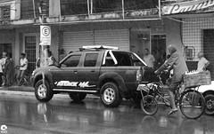 Street (Michell Fotografia) Tags: pb pretoebranco brasil brazil blackandwhite bw blancoynegro ville city street rue urbain velo roue humain people noiretblanc netb nb monochrome riodejaneiro bike bnw blackwhite human homme retrato