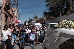 Sad faces (Papaye_verte) Tags: corbillard cercueil mort cortège mexico mexique sanmigueldeallende streetphotography procession death dead coffin hearse