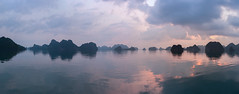 Sunrise over Ha Long Bay (Théo G-N) Tags: aube sunrise tramonto baie ha long halong bay vietnam paysage paesaggio landscape waterscape clouds cloudporn sky nuvole ciel nuages cielo mer sea mare wide angle panoramique panoramic panoramico panorama grand eau arbre plage coucher soleil personnes forêt calme quiet happyplanet asiafavorites