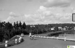 tm_6073 (Tidaholms Museum) Tags: svartvit positiv landsväg cykel fordon personbil vägvisare
