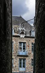 dol-de-bretagne (violica) Tags: francia france bretagna bretagne brittany doldebretagne illeetvilaine lampione vicolo alley ruelle lamppost streetlight réverbère