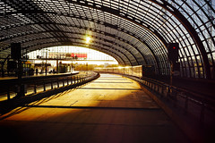 Hbf gold (Eric Flexyourhead) Tags: berlinhauptbahnhof berlinhbf moabit mitte berlin germany deutschland federalrepublicofgermany bundesrepublikdeutschland city urban station trainstation afternoon sunlight sunshine gold golden sonyalphaa7 zeisssonnartfe35mmf28za zeiss 35mmf28
