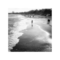 Timmendorfer Strand III (Passie13(Ines van Megen-Thijssen)) Tags: deutschland timmendorferstrand timmendorf beach strand surfer walking people blackandwhite bw sw zw zwartwit monochrome monochroom monochrom fujifilm x100f inesvanmegen inesvanmegenthijssen
