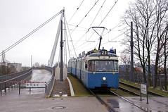 Um wenig später die Brücke erneut zu queren, wo er an der Haltestelle Am Münchner Tor schon von den im Regen stehenden Fotografen sehnsüchtig erwartet wird (Frederik Buchleitner) Tags: 2006 3004 linie23 munich münchen pwagen strasenbahn streetcar tram trambahn