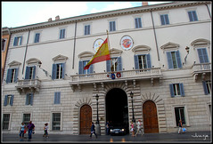 Embajada de España (Roma, Italia, 1-7-2009) (Juanje Orío) Tags: italia roma 2009 italy lazio europa europe europeanunion unióneuropea bandera flag patrimoniodelahumanidad worldheritage embajada