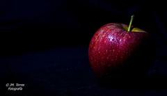 Apple - Low key- (Josema Torres) Tags: valencia sony a77 55200 mm manzana apple claro oscuro low key clave baja flash bodegón macro gota gotas de agua vaporizacion negro fruta strobist set plato estudio mini