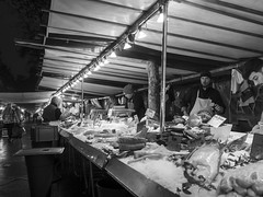 Poissonnier du petit matin - 2018- (rfigueiredo75) Tags: bercy streetpassionaward streetphotography noirblanc paris marché