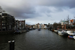 Amstel just before the rain (Hans & Liek) Tags: nederlad netherland holland amsterdam city amstel canal gracht river rivier blauwbrug