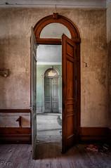 Puerta al pasado (Perurena) Tags: puerta door madera wood hotel alojamiento edificio building abandono decay suciedad dirty luz sombra light shadow urbex urbanexplore
