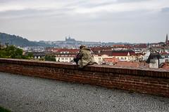 Lesestunde auf der Mauer ..... mit Blick über Prag (matthias-fotografien) Tags: prag praha vysehrad