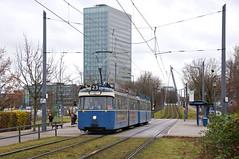 Ausfahrt an der Haltestelle Anni-Albers-Straße in Richtung Schwabing Nord (Frederik Buchleitner) Tags: 2006 3004 linie23 munich münchen pwagen strasenbahn streetcar tram trambahn
