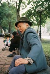 (Hanoi L i f e A r t) Tags: tuanducpham hanoi hanoilifeart vietnam people culture asian photo filmphoto analogphoto 135mm rollei35 ngc nadarlab fujicolor100 streetlife oldman