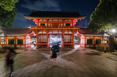 Southern Gate, Yasaka Jinja (beeldmark) Tags: nacht kyoto schaduwen stad regen beweging tempel gebouw japan zomervakantie building city kansai kyōto movement night nihon nippon rain schaduw shadow shadows 京都 日本 関西 smcpentaxda1224mmf4edalif pentax k5 beeldmark