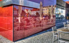 Der Marktplatz im Cafe (petra.foto busy busy busy) Tags: spiegelung reflexion hauswand gebäude marktplatz mecklenburgvorpommern ribnitzdamgarten fotopetra canon 5dmarkiii