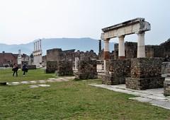 Pompeya (EduOrtÍn.) Tags: ruinas hierba monte cielo columnas gente pompei pompeya italia campania