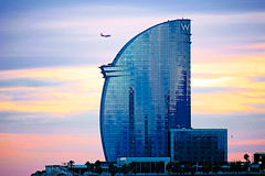 Landing at sunset (Fnikos) Tags: sky skyline cloud seascape rock waterfront sunset atardecer puestadelsol landing aterrizaje shore coast plane airplane tower architecture building palmtree seagull nature outdoor