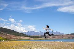 self portrait (diazeg) Tags: flotar correr persona azul nevado montaña salida paseo verde tierra naturaleza ambiente libertad salto saltar freedom chica mujer feliz libre