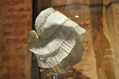 Wedding bonnet (DameBoudicca) Tags: france frankreich frankrike francia フランス normandie normandy normandía normandia ノルマンディー bonnet hätta haube cuffia capucha traditional handicraft hantverk chatêaumartainville martainvilleepreville