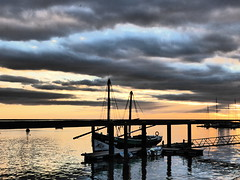 Pôr do sol, Olhão (cyclingshepherd) Tags: 2018 november novembro europe europa portugal faro algarve olhao olhão bomsucesso boat boats barco barcos clouds cloud sunset pôr sol sundown ria formosa caique caïque water waterfront cyclingshepherd yachts marina autoremovedfrom1to5faves