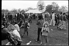H39-32 Rock Against Racism 1978 (hoffman) Tags: protest racistsantiracists rockagainstracismconcert rar lmhr punk youth concert music antinazileague antiracist politics political anl victoriapark activism fashion style punks clothing dress young rebellious 181112patchingsetforimagerights davidhoffman wwwhoffmanphotoscom